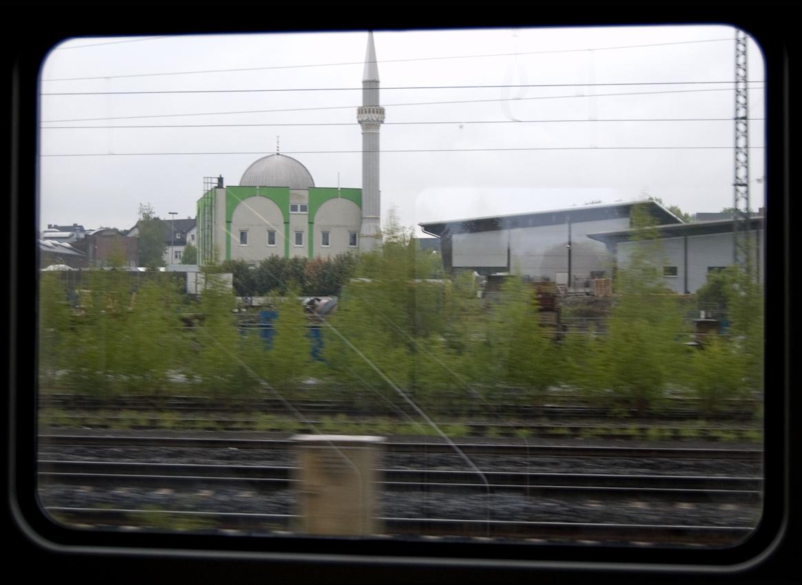 Blick aus dem Zugfenster um 17.36 Uhr. Die Moschee in Neubeckum.