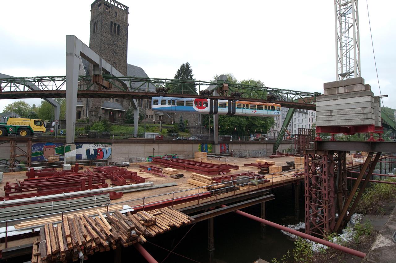 Wuppertaler Schwebebahn vor der Sonnborner Hauptkirche. Wuppertal, Stadtteil Sonnborn: Die Bahn durchfährt die Baustelle an Stütze 100.