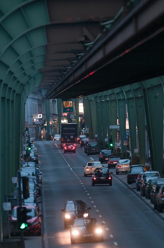Abendliches Einfahren des Schwebebahnzugs Nr. 3 in den Bahnhof Vohwinkel. Westlicher Endpunkt der Schwebebahnstrecke am Ende der Kaiserstraße.