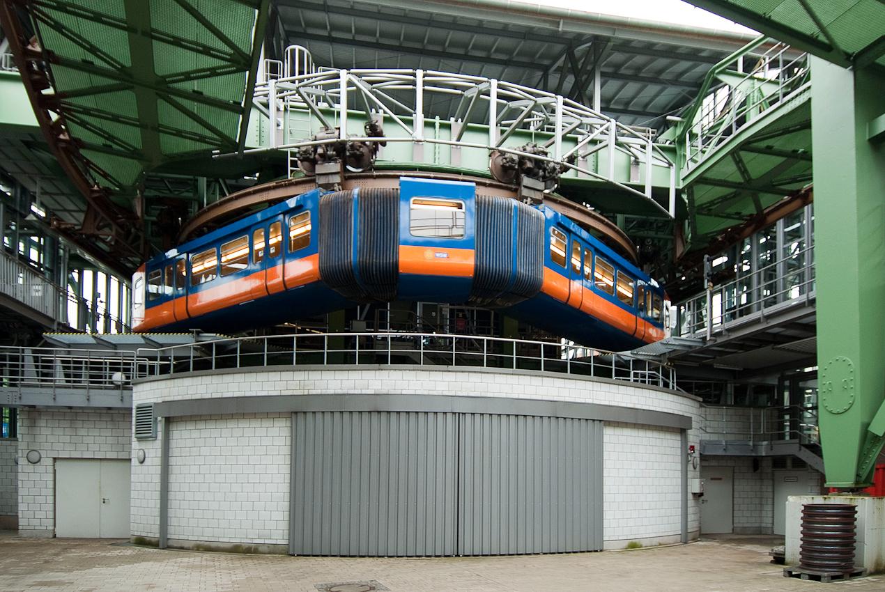 Wenden der Schwebebahn im Bahnhof Vohwinkel für die Ruckfahrt zum östlichsten Bahnhof nach Oberbarmen.