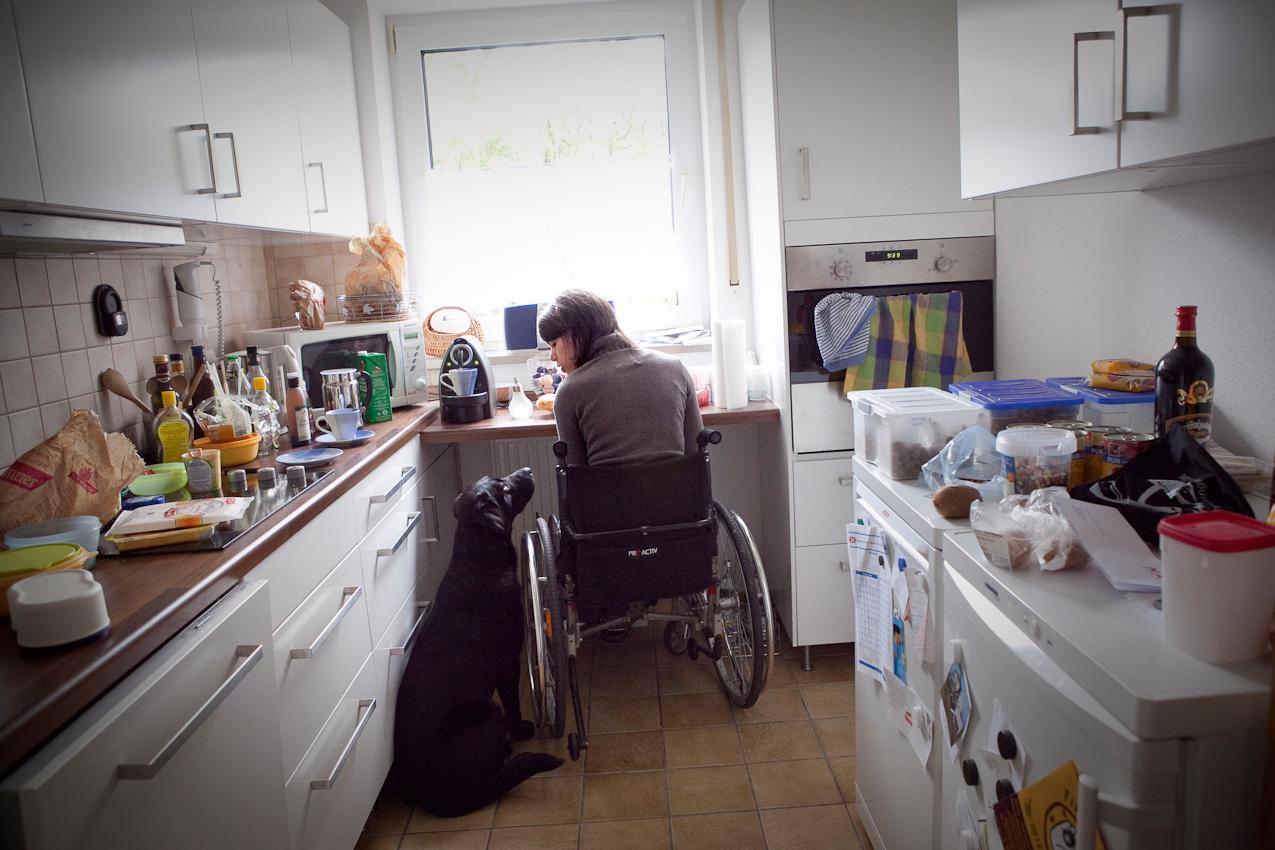 Corinna frühstuckt in ihrer Küche zu Hause. Seit Ende 2009 wohnen Fabian und Corinna in Fürstenfeldbruck in der Nähe von München, da Corinna hier gleich nach dem Diplom einen Job als Sozialarbeiterin bekam.