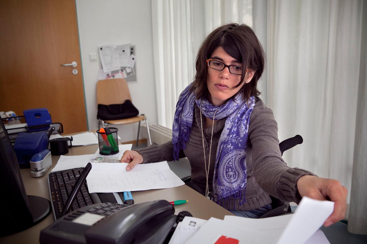 Corinna an ihrem Arbeitsplatz in Fürstenfeldbruck. Corinna hat Sozialwesen an der Hochschule Ravensburg-Weingarten studiert und arbeitet seit ein paar Monaten 5 Tage in der Woche in einer Wohnanlage für Erwachsene mit geistiger Behinderung als Sozialarbeiterin.