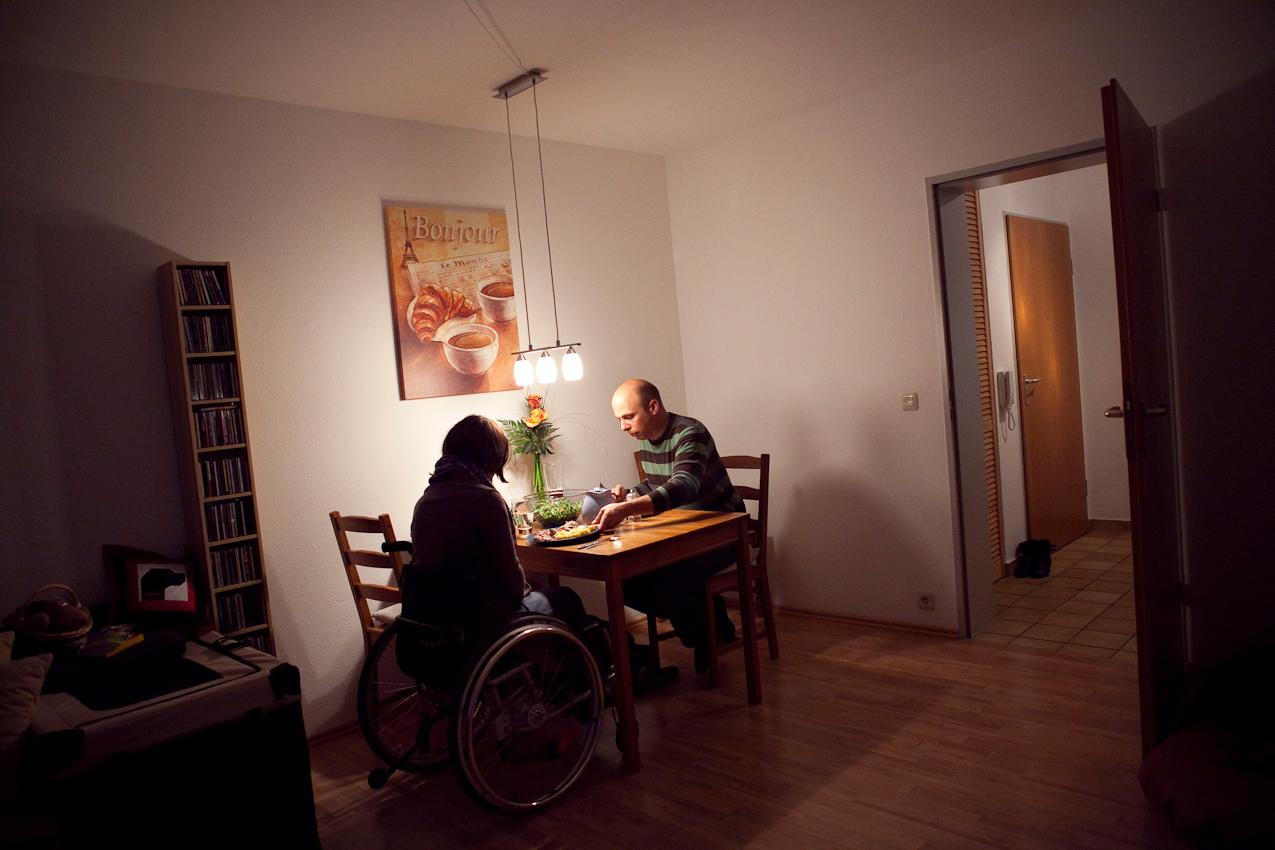Gemeinsames Abendessen in der gemeinsamen Wohnung. Fabian, der Lebensgefährte von Corinna, kocht gerne selbst und organisiert den Haushalt fast völlig allein. Kochen, Putzen und Einkaufen zählen ganz selbstverständlich neben seinem Job als Elektrotechniker zu seinen alltäglichen Aufgaben.