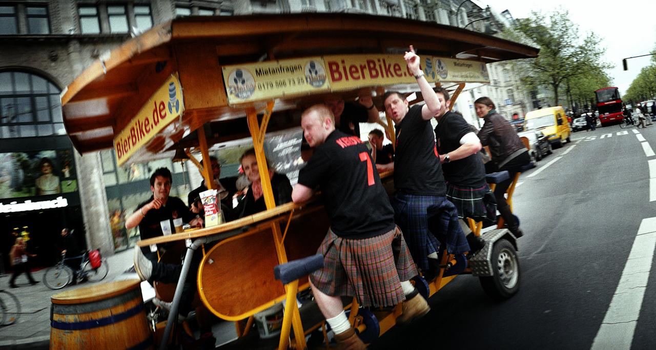 Touristen bei einer neuen Trendsportart auf dem Ku'damm in Berlin