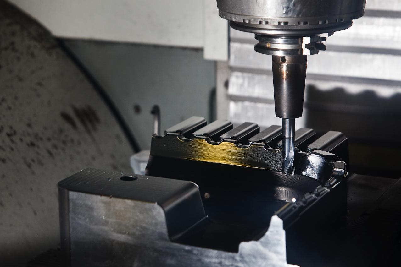Eine mehrachsige CNC-Fräse in der Werkshalle der Firma Color Metal bearbeitet ein Werkstuck bevor es zum Erodieren (vereinfacht gesagt das Gegenteil von schweißen) in eine andere Maschine gespannt wird. Heitersheim im Markgräflerland am 7. Mai 2010 um 13:37.