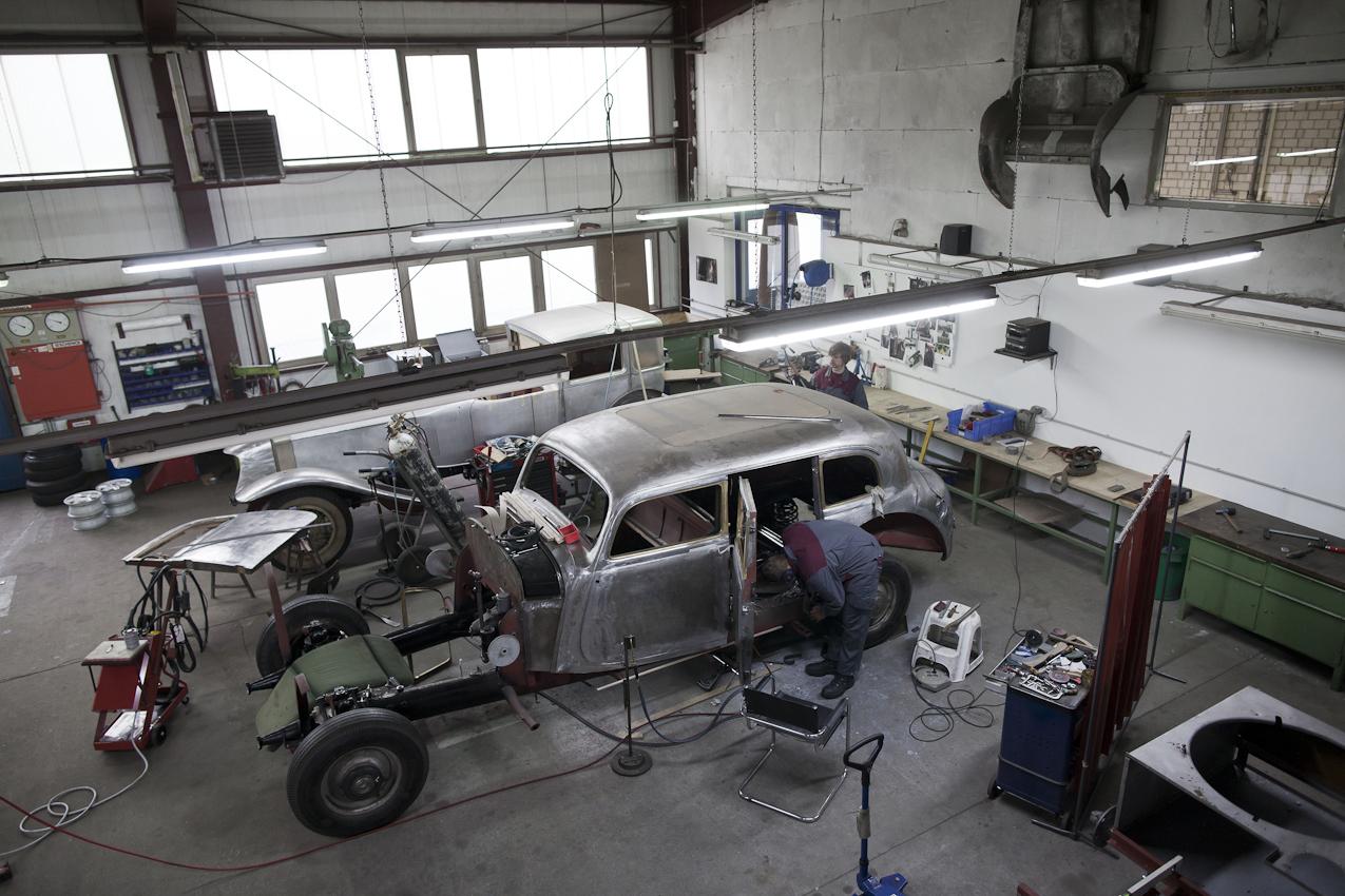 """Die Firma Rosenow betreibt Fahrzeugrestaurierung auf höchstem Niveau. Zu ihren Kunden gehören u.a. die Museen von Mercedes und Audi. Erstaunlich ist immer wieder, mit welcher Ruhe und Präzision die Arbeit vor sich geht. Auf den Bildern ist die Restauration eines Mercedes 770 K von 1939 zu sehen - damals eines der teuersten Autos und mit für die damalige Zeit modernster Technik - sozusagen die damalige S-Klasse. 4000 Arbeitsstunden werden am Ende in diesem Auto stecken, bis es so auf die Straße rollt, wie es 1939 die Fabrik verlassen hat. Bezeichnend ist für die Mitarbeiter, dass einige aus """"autofremden"""" Berufen kommen, z.B. Klavierbauer sind."""
