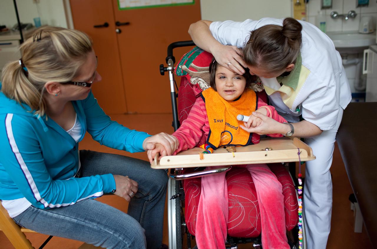 Milena mit ihrer Logopädin (r.) und ihrer Mama (l.).