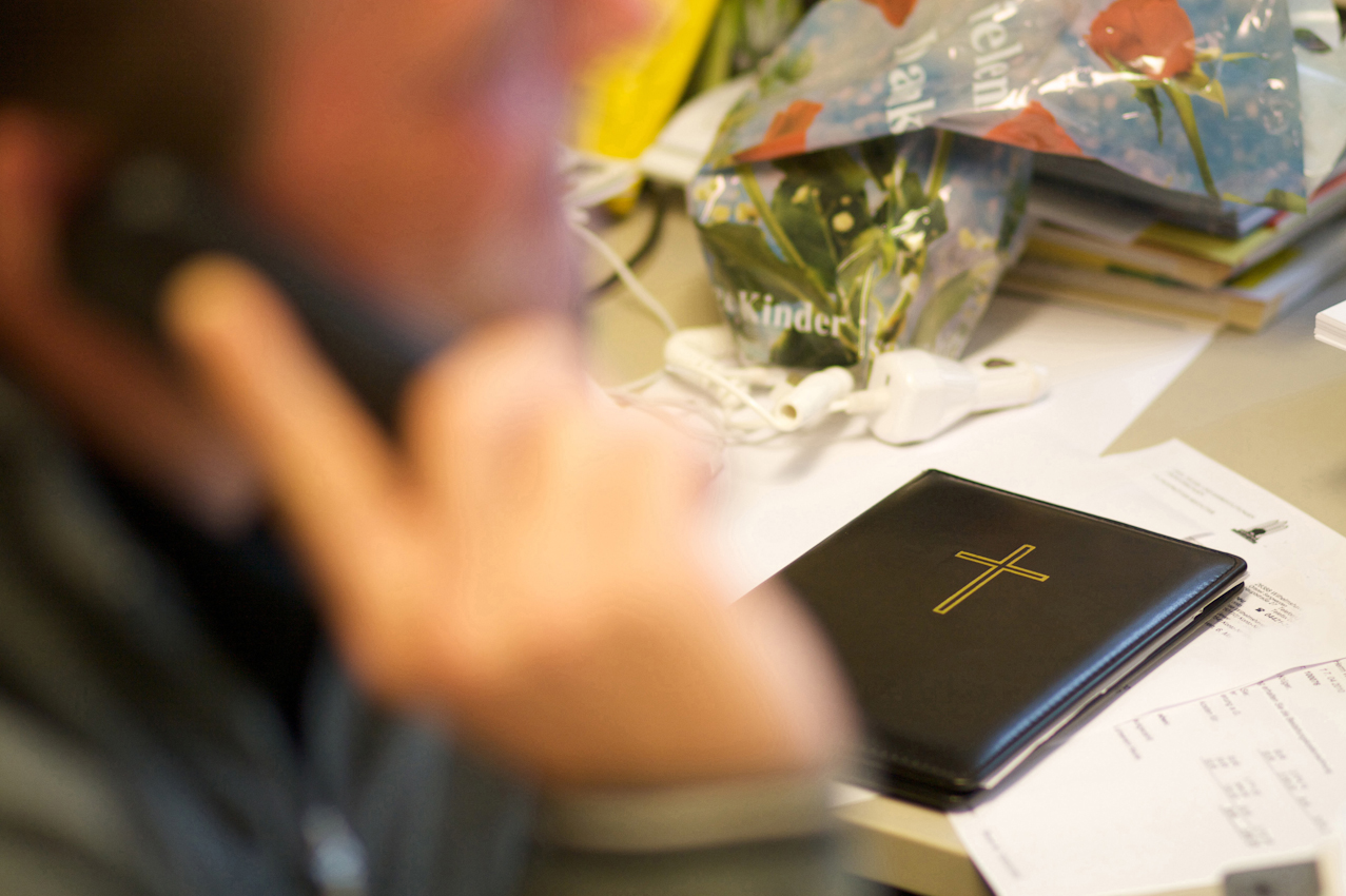 Ein Mitarbeiter des Bestattungsinstitus Bernd Janßen GmbH führt am Telefon ein Gespräch mit einem Angehörigen zur Klärung von Formalitäten von möglichen Rentenansprüchen.