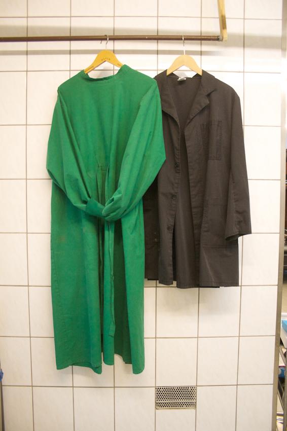 Arbeitskleidung zur hygienischen Versorgung von Verstorbenen.