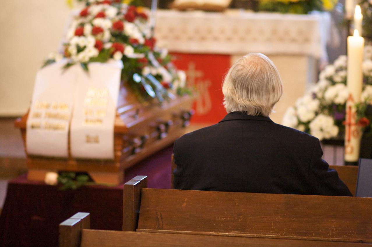 Der Sarg eines Verstorbenen in einer Kirche.