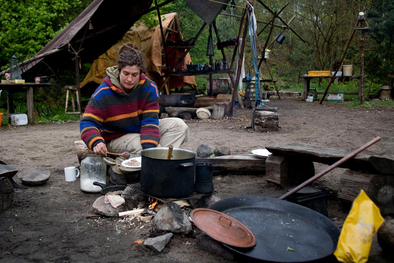 Katrin beim Kochen in der offenen Gemeinschaftsküche.