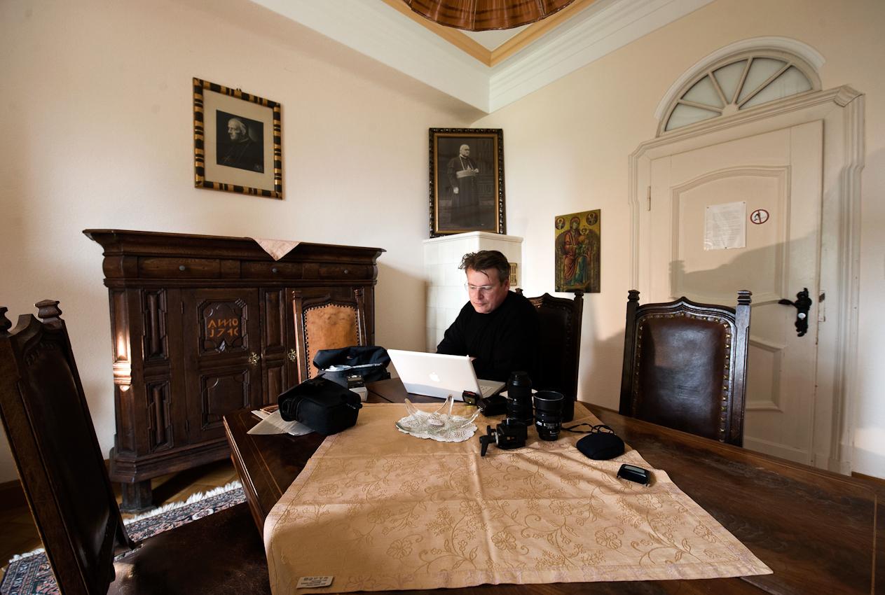Olaf Ziegler: Ich sitze am frühen Nachmittag des 07.05.2010 im sogenannten Bischofszimmer des Gästetraktes des Zisterzienser-Klosters Himmerod am Tisch und sichte Fotos. Nachdem der für die Gästebetreuung zuständige Mönch Bruder Oliver erfahren hatte, dass ich zum Fotografieren dort war, gab mir der begeisterte Amateur-Fotograf das beste Zimmer im Hause, ausgestattet mit antiken Möbeln und Bildern.
