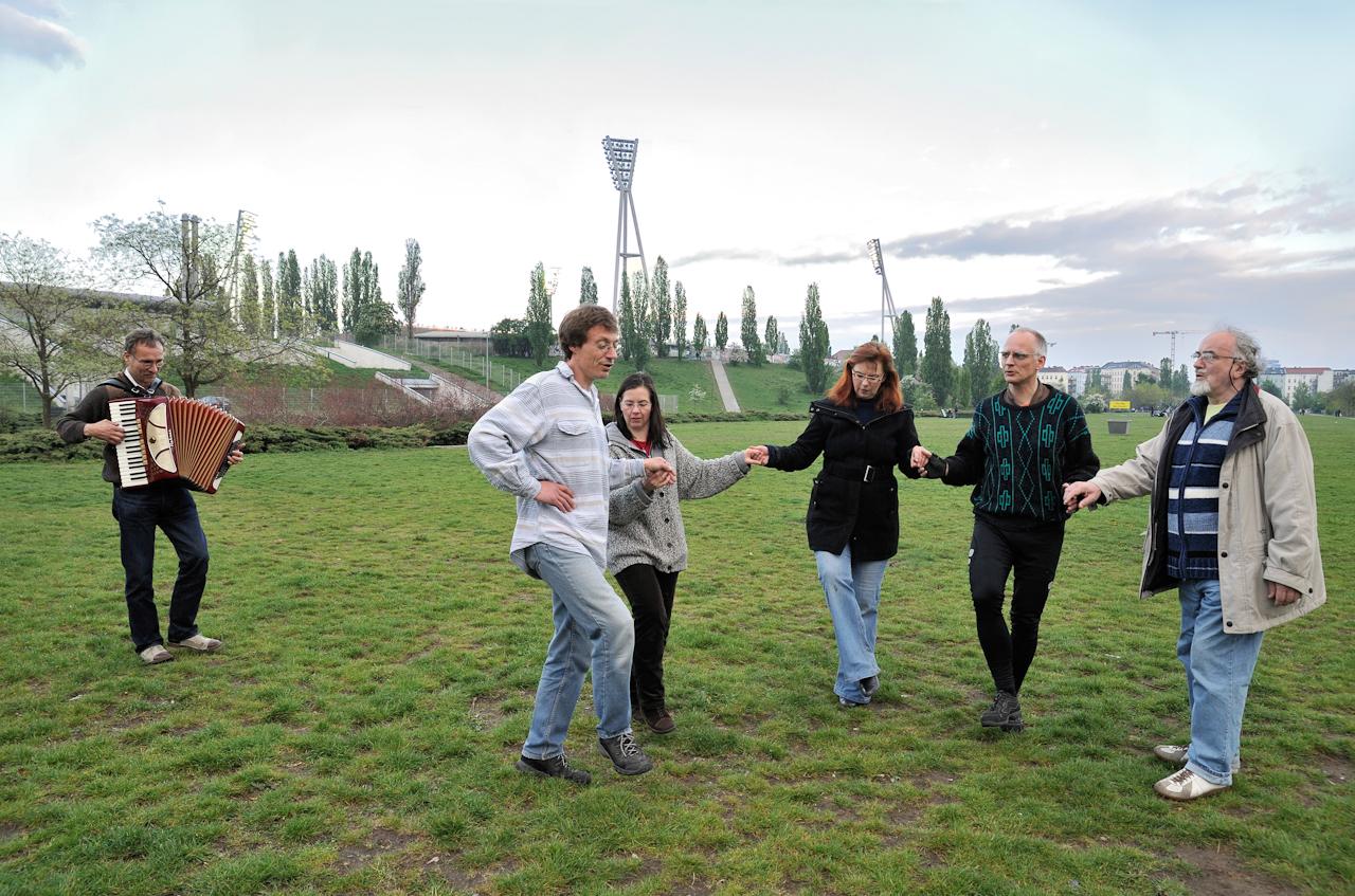 """""""Folkwiese"""" - traditionelle Tänze zum Mitmachen (jeden Freitag Abend), Flutlichtmasten des Cantian-Stadions."""