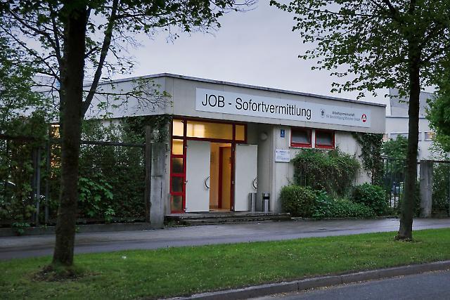 """Die Job-Sofortvermittlung in München vermittelt sogenannte Tagelöhner, Menschen die für einen Tag Arbeit suchen. Oft sind es Arbeitslose oder Harz IV Empfänger, aber auch Menschen, die nicht tatenlos zu Hause herumsitzen möchten. Die Tagelöhner nennen die Job-Sofortvermittlung liebevoll ihre """"Börse""""."""
